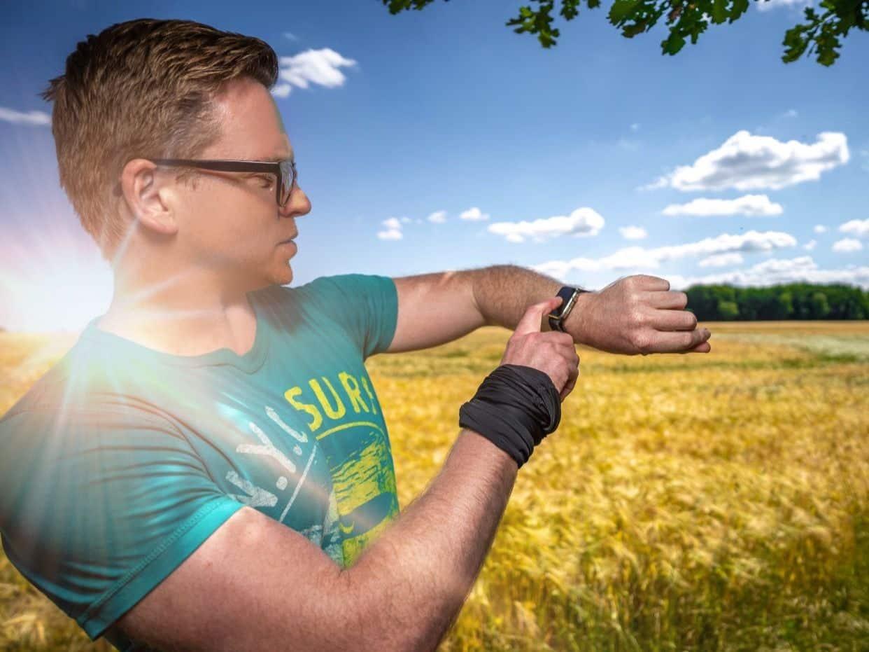 Mein großer Sportuhren-Test 2020 mit Ratgeber: Ich habe für Dich alle wichtigen Informationen zusammengestellt, die Du über sportliche Smartwatches und Wearables benötigst. Ich bin selbst nie ohne aktuelle Smartwatch unterwegs. Foto: Michael B.