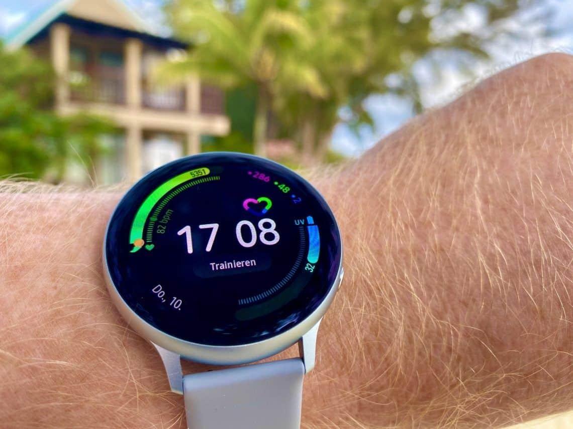 Einige aktuelle Fitness-Smartwatches und Sportuhren haben eine digitale Lünette, über die der Träger durch Streichgesten Einstellungen vornehmen kann. Foto: Sascha Tegtmeyer