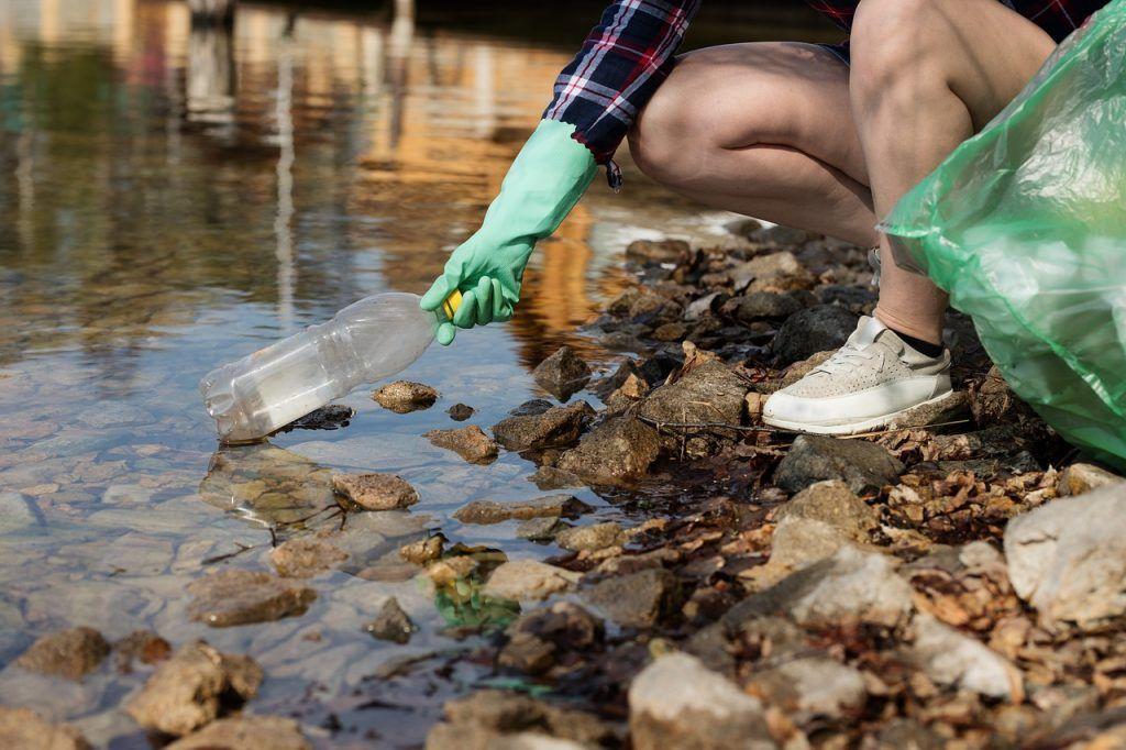 Am Gewässer Müll zu sammeln ist eine Möglichkeit, die Umweltbelastung durch das Stand Up Paddling zu verringern. Foto: Elements Envato