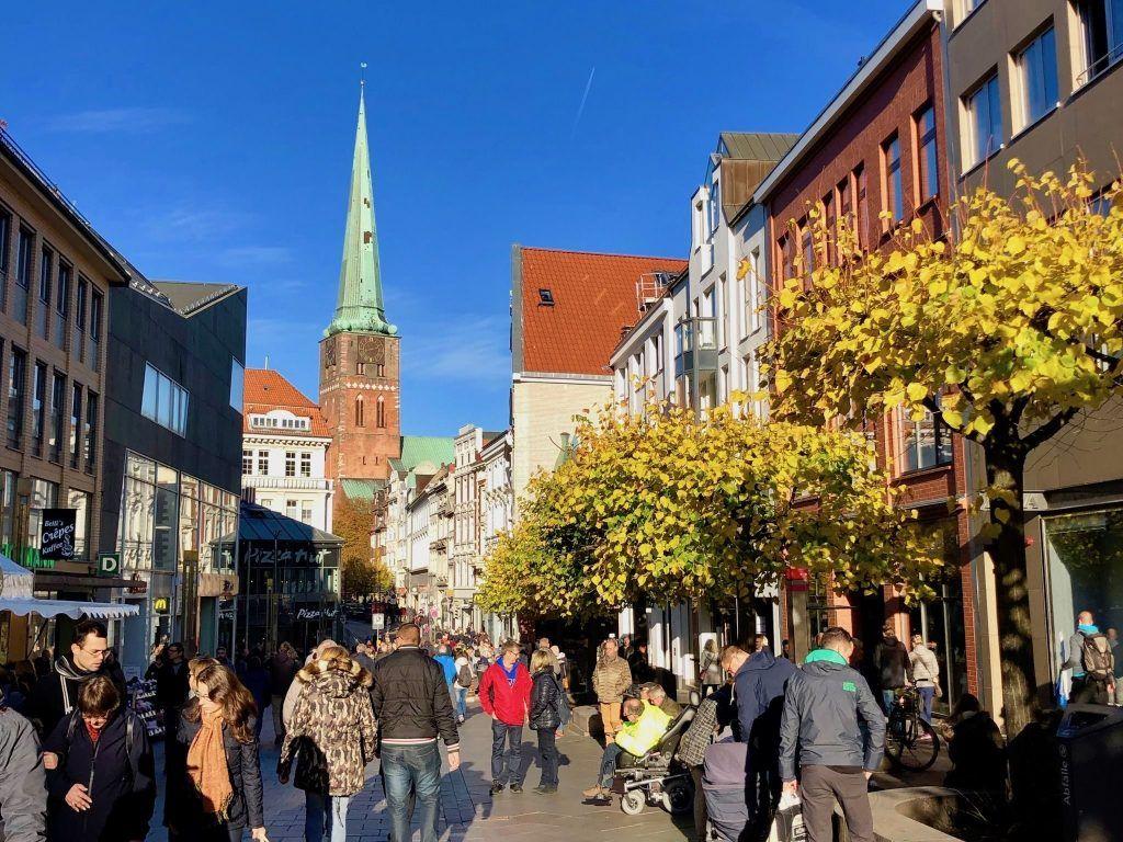 In der Fußgängerzone von Lübeck könnt Ihr im Herbst ganz wunderbar flanieren, shoppen und essen. Foto: Sascha Tegtmeyer