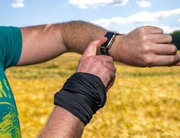 Eine Smartwatch mit Touchscreen ermöglicht dem Träger die einfache Bedienung über den Bildschirm. Foto: Sascha Tegtmeyer