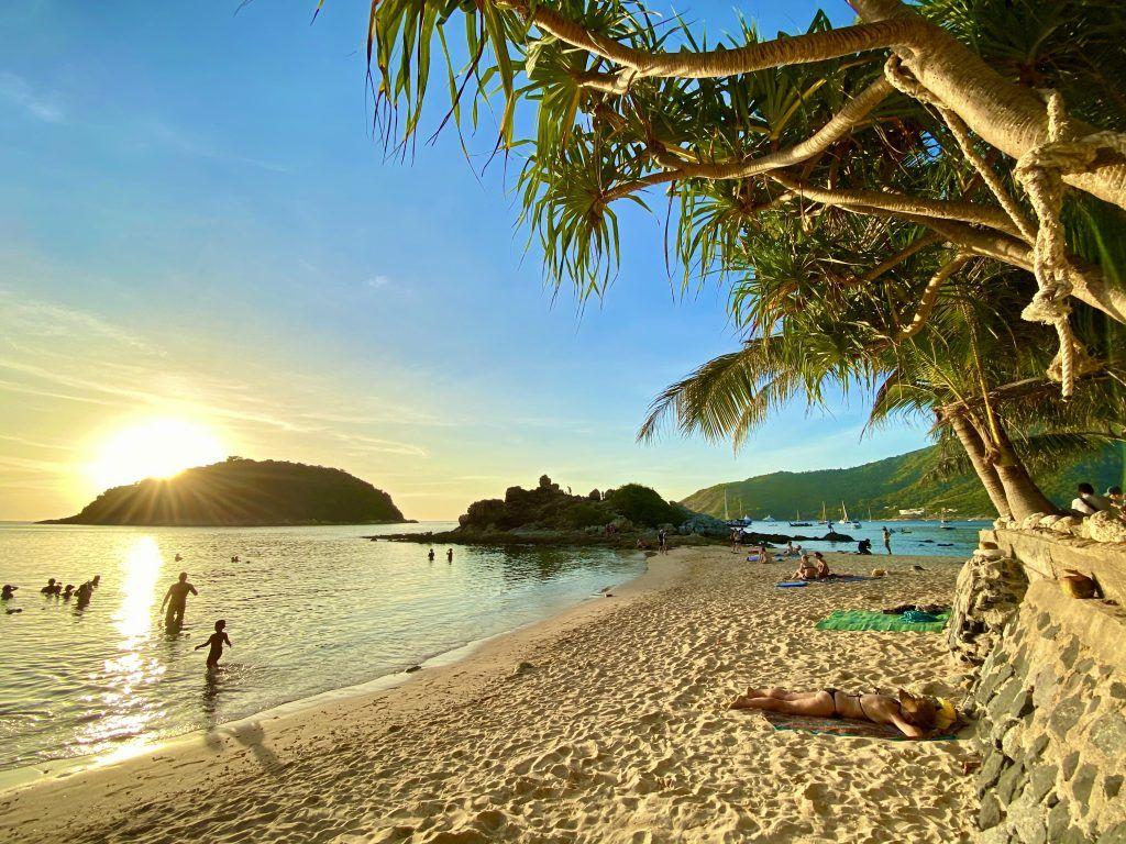 Machen wir uns nichts vor: In Thailand ist es überall voll mit Urlaubern – und auch Phuket hat wunderschöne Strände und viele Sehenswürdigkeiten. Foto: Sascha Tegtmeyer