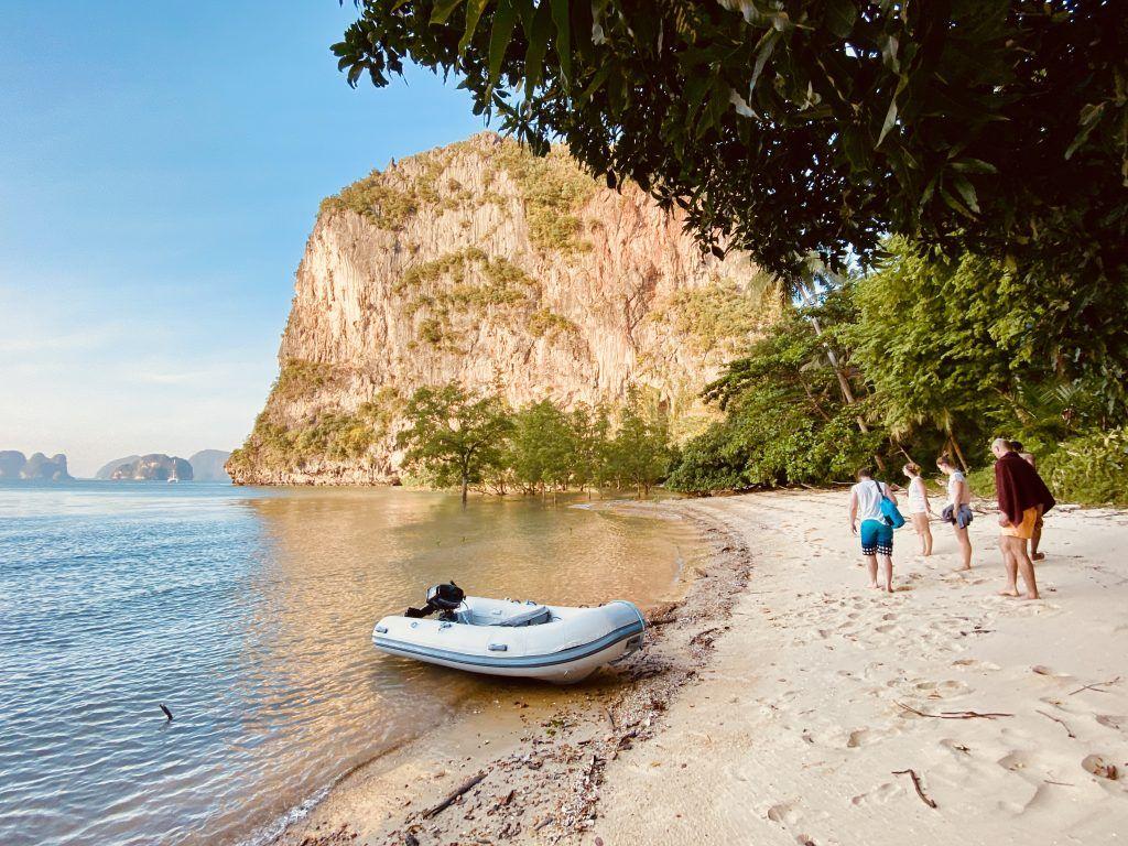 Inselurlaub in Thailand: Einige einsame Inseln lassen sich nur mit einem privat gecharterten Boot erreichen. Foto: Sascha Tegtmeyer