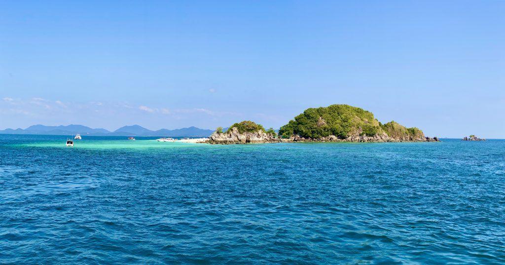 Unbewohnte, aber gut besuchte Insel mitten in der Andamanensee: die zahlreichen Thailand-Inseln sind einfach paradiesisch und malerisch. Foto: Sascha Tegtmeyer