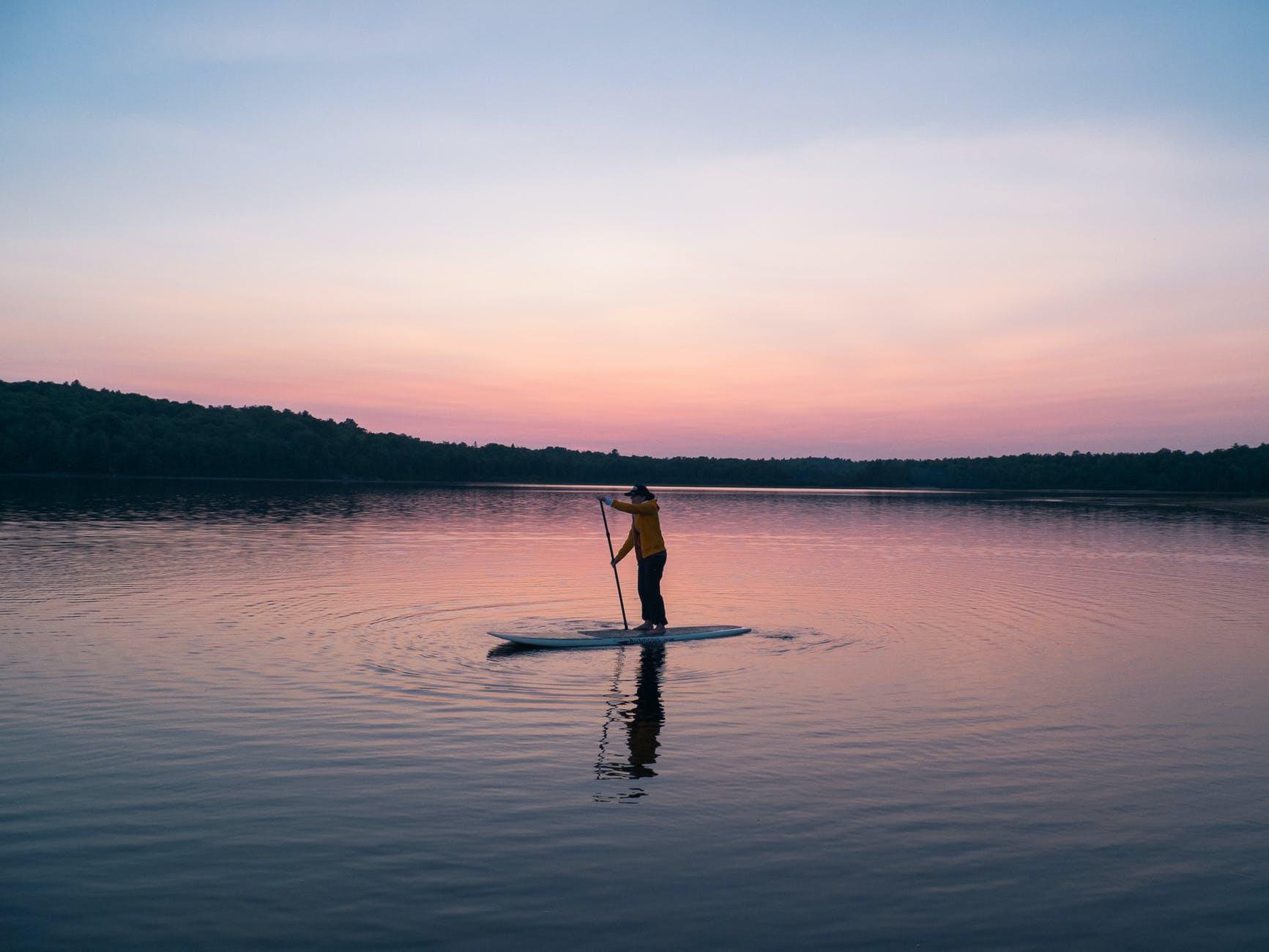 Mit einem festen Board aus Holz, Epoxidharz oder Karbon seht Ihr auf dem Wasser nicht nur cooler aus, Ihr könnt auch etwas für die Umwelt tun. Denn aufblasblare Boards aus Kunststoff enthalten häufig schädliche Weichmacher. Foto: Pexels.com