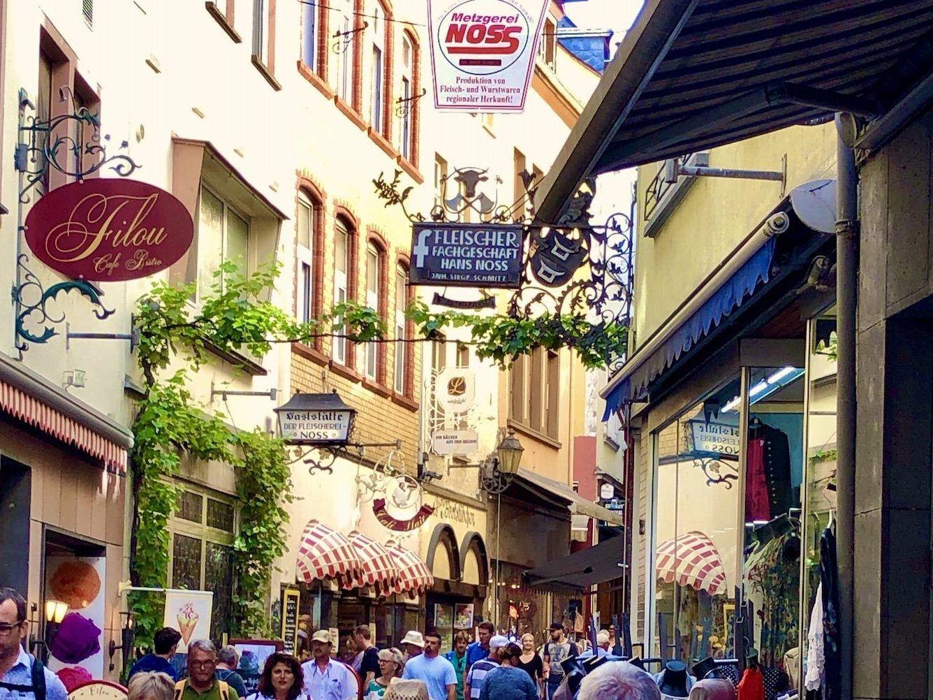 In der Innenstadt von Cochem gibt es zahlreiche Geschäfte zum Shoppen und Entdecken. Foto: Sascha Tegtmeyer