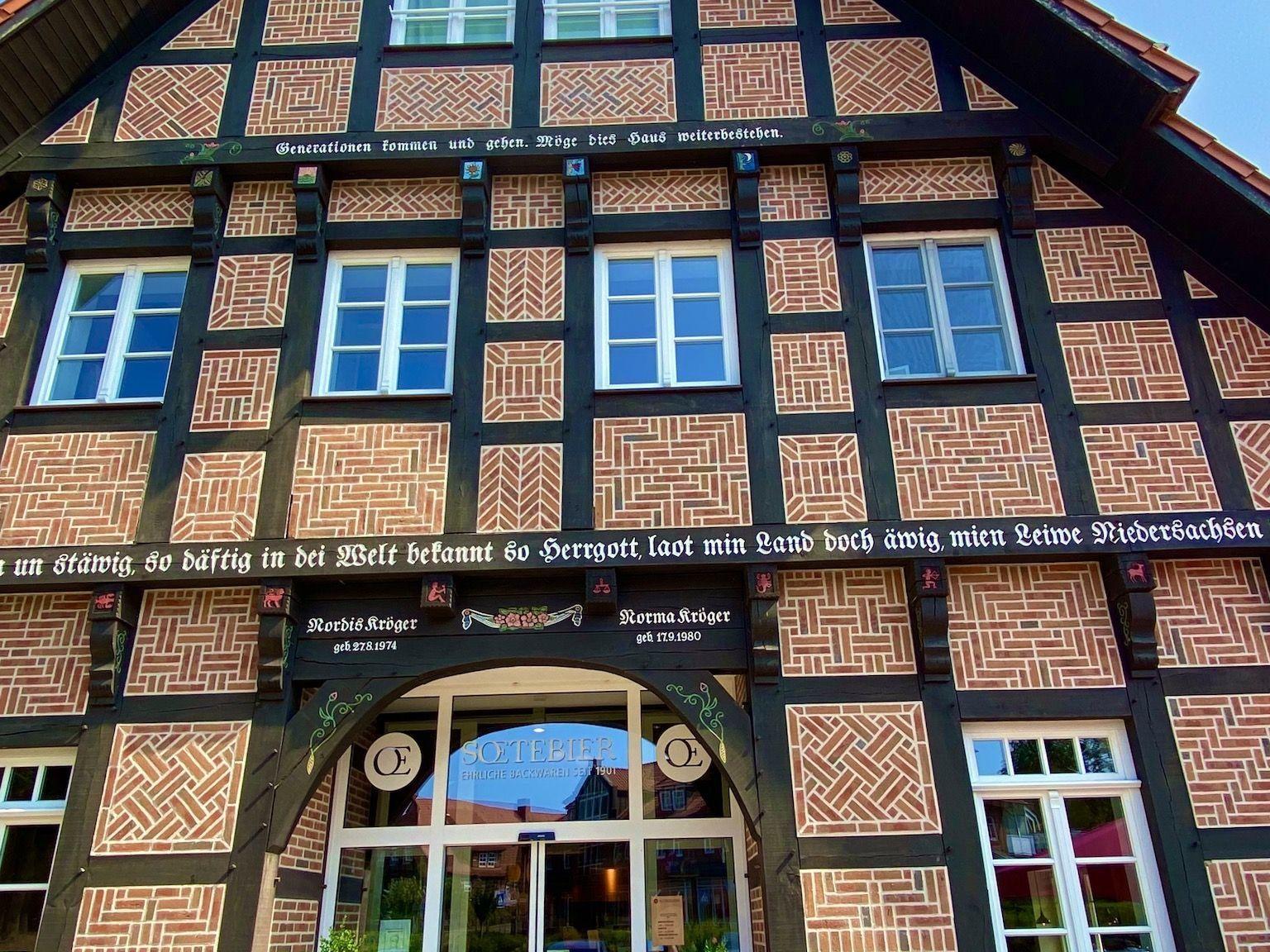Mit Fachwerkhäusern findest Du in den Dörfern der Lüneburger Heide viel typisch norddeutsche Architektur. Foto: Sascha Tegtmeyer