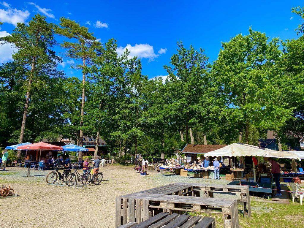 Lüneburger Heide Reisebericht: vielerorts gibt es urige kleine Dörfer und Märkte, auf denen Du shoppen und essen kannst. Foto: Sascha Tegtmeyer