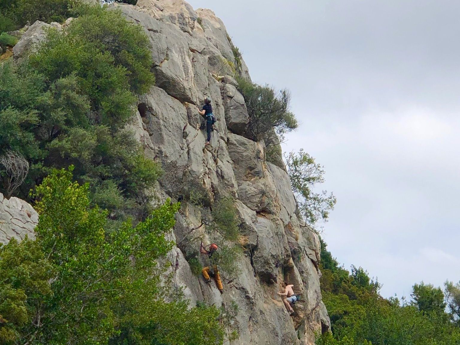 Die Felsen bei Cala Fuili sind auch bei Kletterern sehr beliebt. Foto: Sascha Tegtmeyer