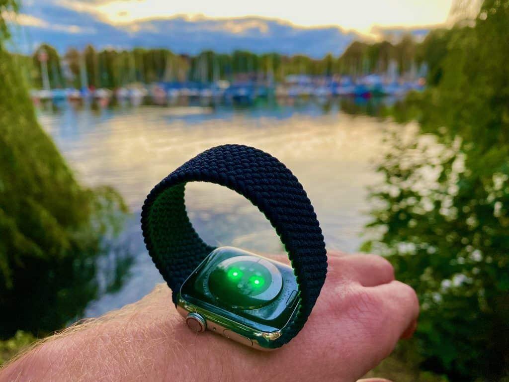 Apple Watch Series 6 Test: Das neue Solo Loop gibt es in 12 verschiedenen Größen – in der exakt passenden Länge sorgt das Armband dafür, dass die Smartwatch wirklich optimal am Handgelenk sitzt. Foto: Sascha Tegtmeyer