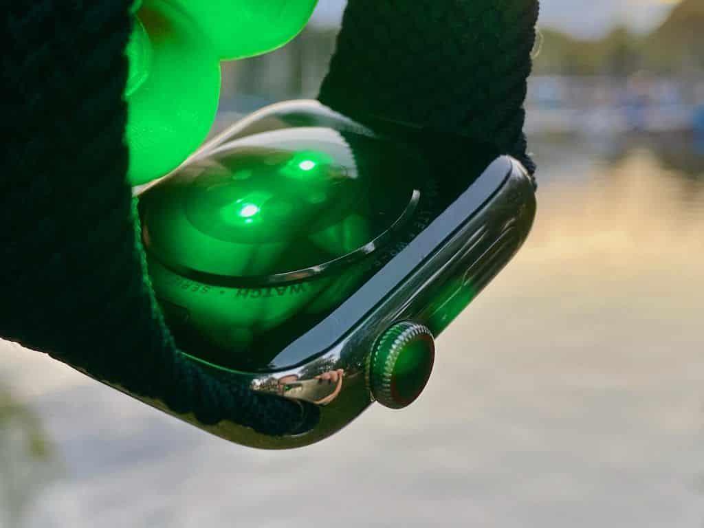 Der neue optische Sensor im Gehäuseboden besteht jetzt aus vier LED Clustern und vier Photodioden. Er misst präzise die Herzfrequenz und den Sauerstoffgehalt im Blut – direkt am Handgelenk. Foto: Sascha Tegtmeyer
