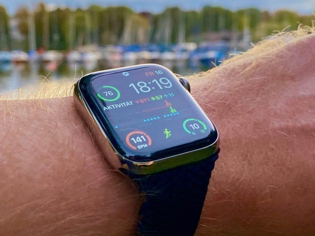 Die Apple Watch Series 6 zeigt auf dem scharfen OLED-Display, das immer an ist, die wichtigsten Informationen an. Die Ziffernblätter der Uhr können individuell gestaltet werden. Foto: Sascha Tegtmeyer
