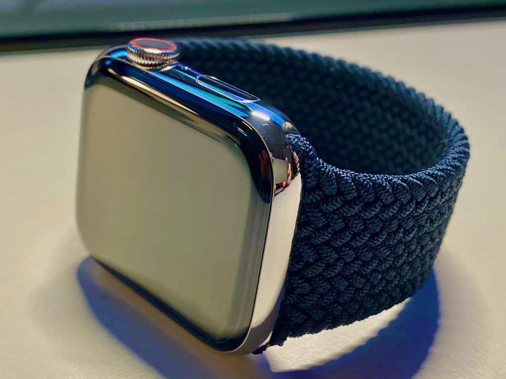 Optisch sieht das Gehäuse der Apple Watch Series 6 so aus wie bei den direkten Vorgängern – lediglich die Farben Blau und Rot (in der Alu-Version) und Graphit (in der Edelstahl-Variante) sind jetzt verfügbar. Foto: Sascha Tegtmeyer