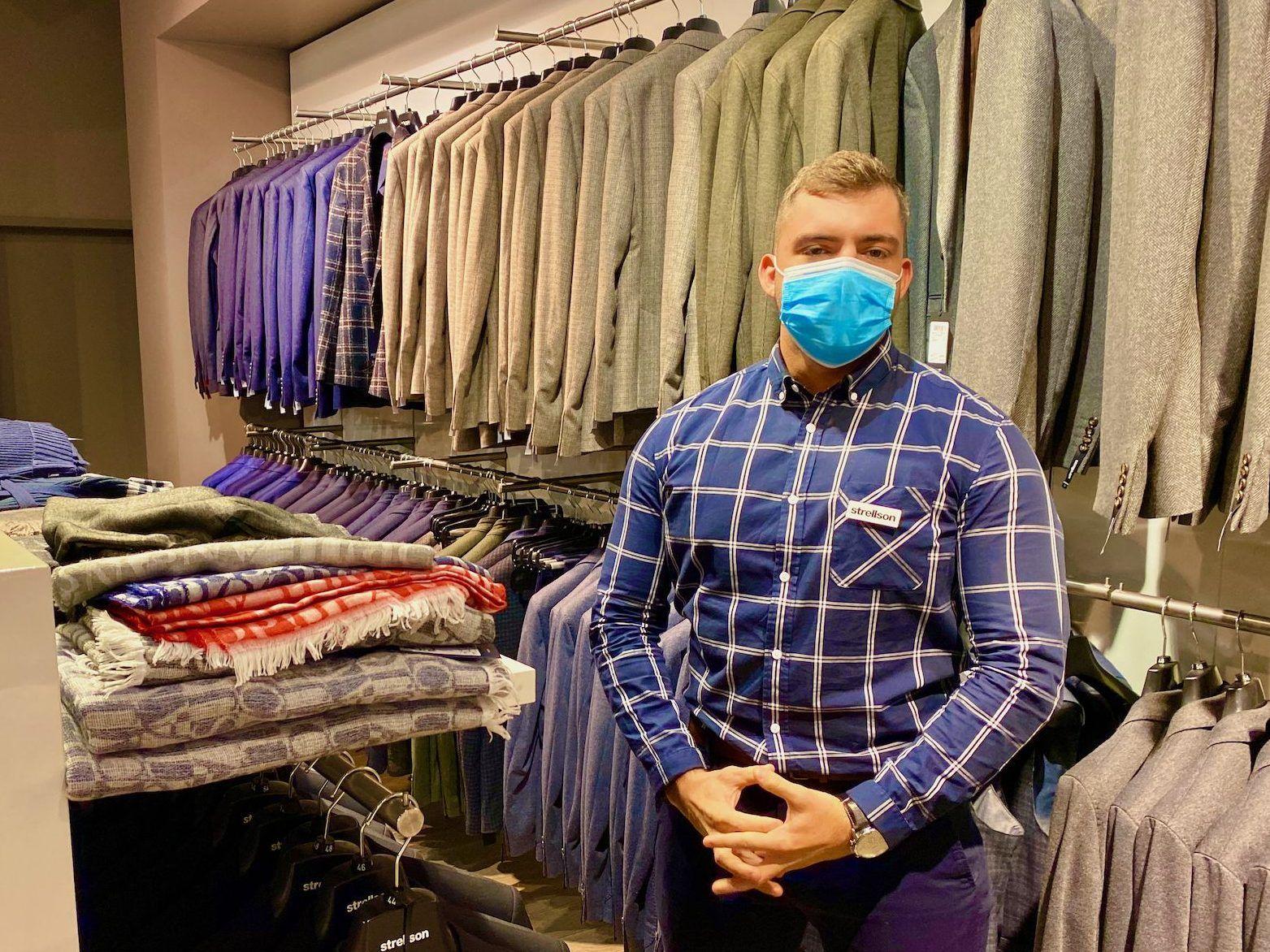 Kompetente Beratung beim Kauf gibt es gratis dazu – wie hier von Dominik im Store von Strellson und Joop. Foto: Sascha Tegtmeyer