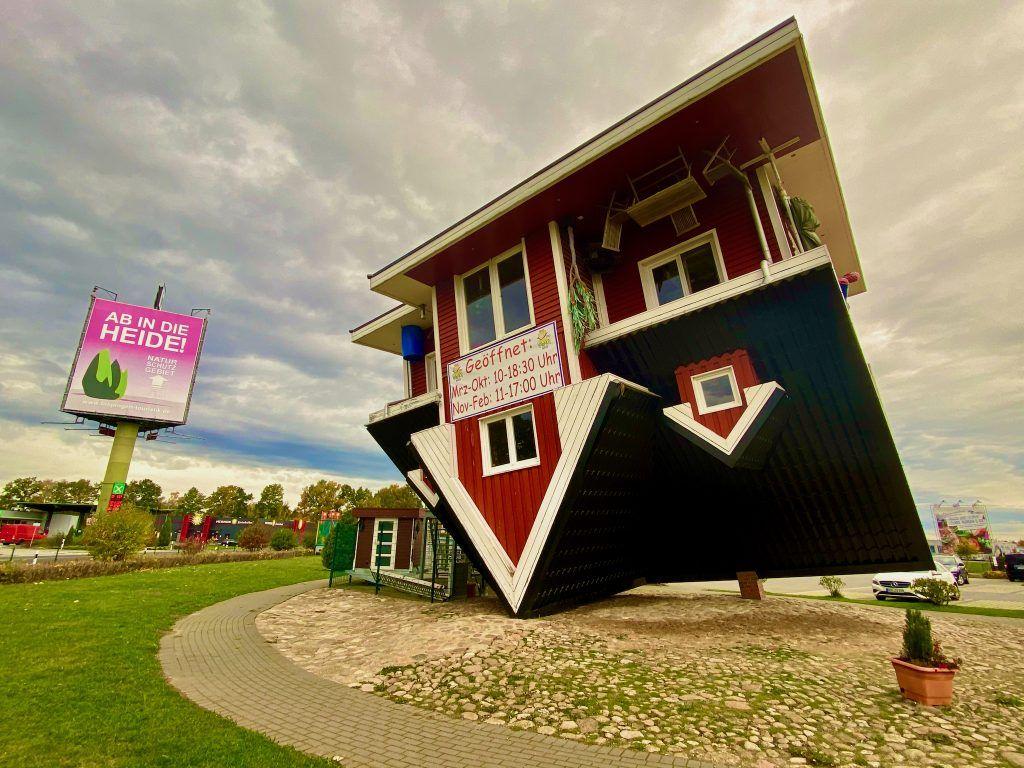 Das Verrückte Haus in Bispingen ist ein Einfamilienhaus, das um 180 Grad auf den Kopf gedreht ist – inklusive aller Einrichtungsgegenstände. Foto: Sascha Tegtmeyer