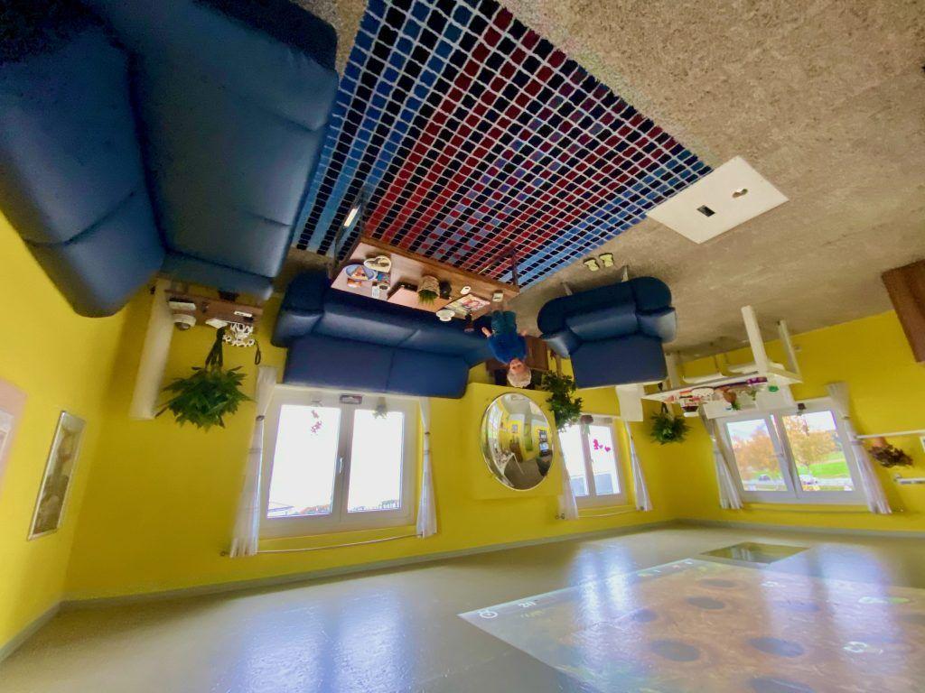 Die Einrichtung im Verrückten Haus steht komplett kopf – sogar eine Modelleisenbahn fährt unter der Decke. Foto: Sascha Tegtmeyer