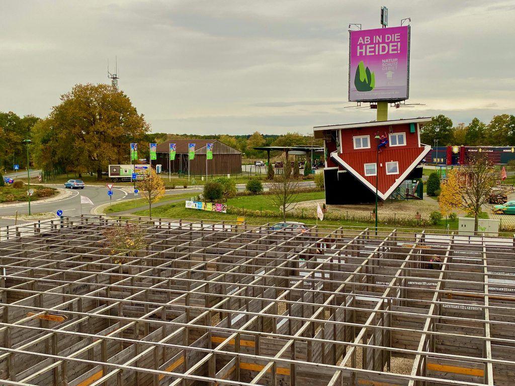 Im Labyrinth müssen Besucher spannende Rätsel lösen und lernen dabei etwas über die Lüneburger Heide. IN der Mitte des Labyrinths befindet sich ein kleiner Aussichtsturm. Foto: Sascha Tegtmeyer