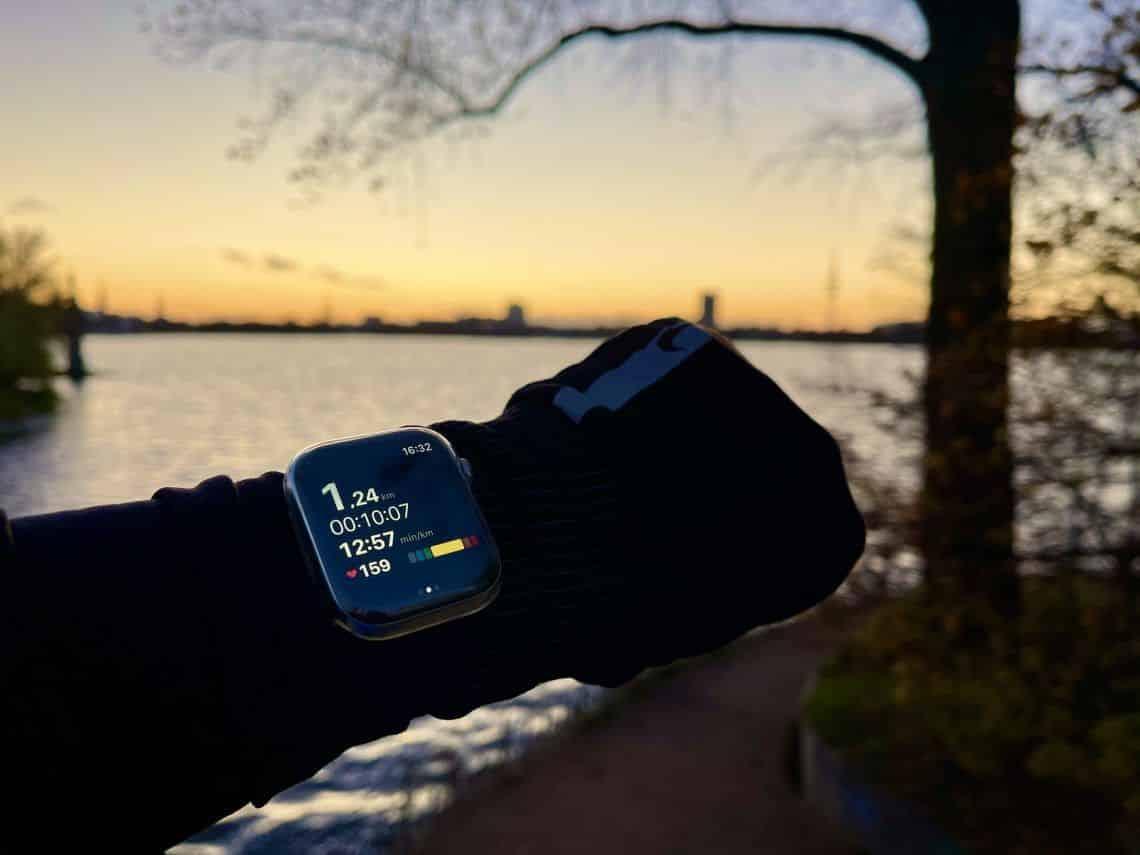 Insbesondere beim Sport, bei Outdoor-Aktivitäten und auf Reisen kann eine Apple Watch Schutzhülle die Smartwatch effektiv vor Kratzern und Blessuren schützen. Foto: Sascha Tegtmeyer