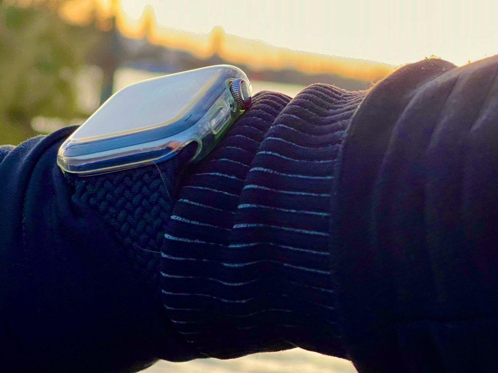 Eine transparente Apple Watch Schutzhülle war für mich erste Wahl – sie muss jetzt regelmäßig getauscht werden, weil sie verkratzt und vergilbt. Foto: Sascha Tegtmeyer