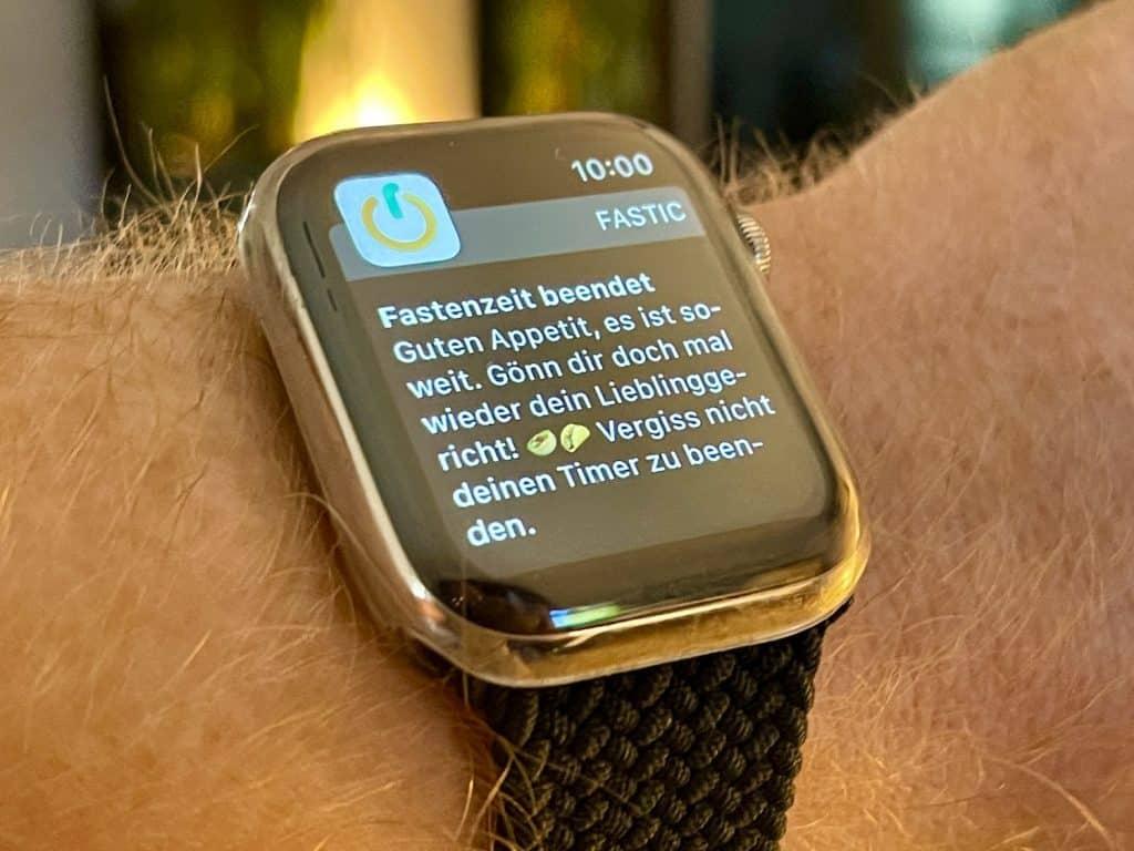 Abnehmen mit der Smartwatch: Fastenerinnerungen stellen sicher, dass man bei aller Abnehmmotivation auch das Essen nicht vergisst. Foto: Sascha Tegtmeyer