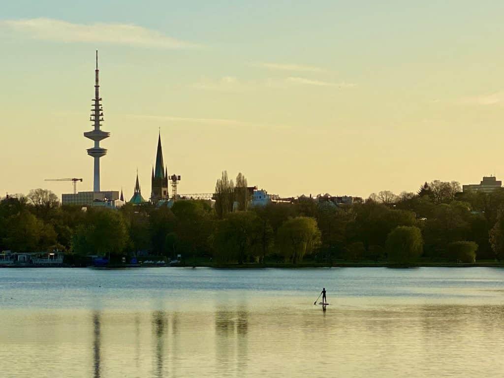 Einsamer Stehpaddler in Hamburg auf der Alster: Beim SUP im Frühling ist man häufig noch ganz allein auf dem Wasser. Foto: Sascha Tegtmeyer