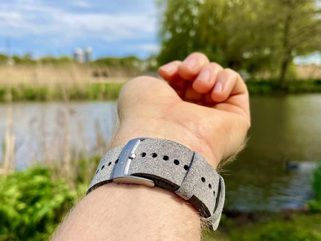 Das Armband der Suunto 7 Stone Gray Titanium sitzt weich und bequem am Arm.