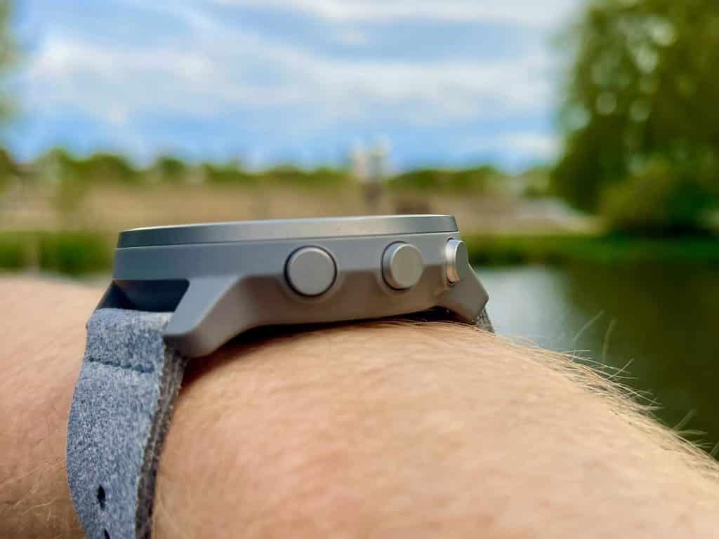 Mit dem Touchscreen und insgesamt vier Knöpfen lässt sich die Smartwatch intuitiv bedienen. Foto: Sascha Tegtmeyer