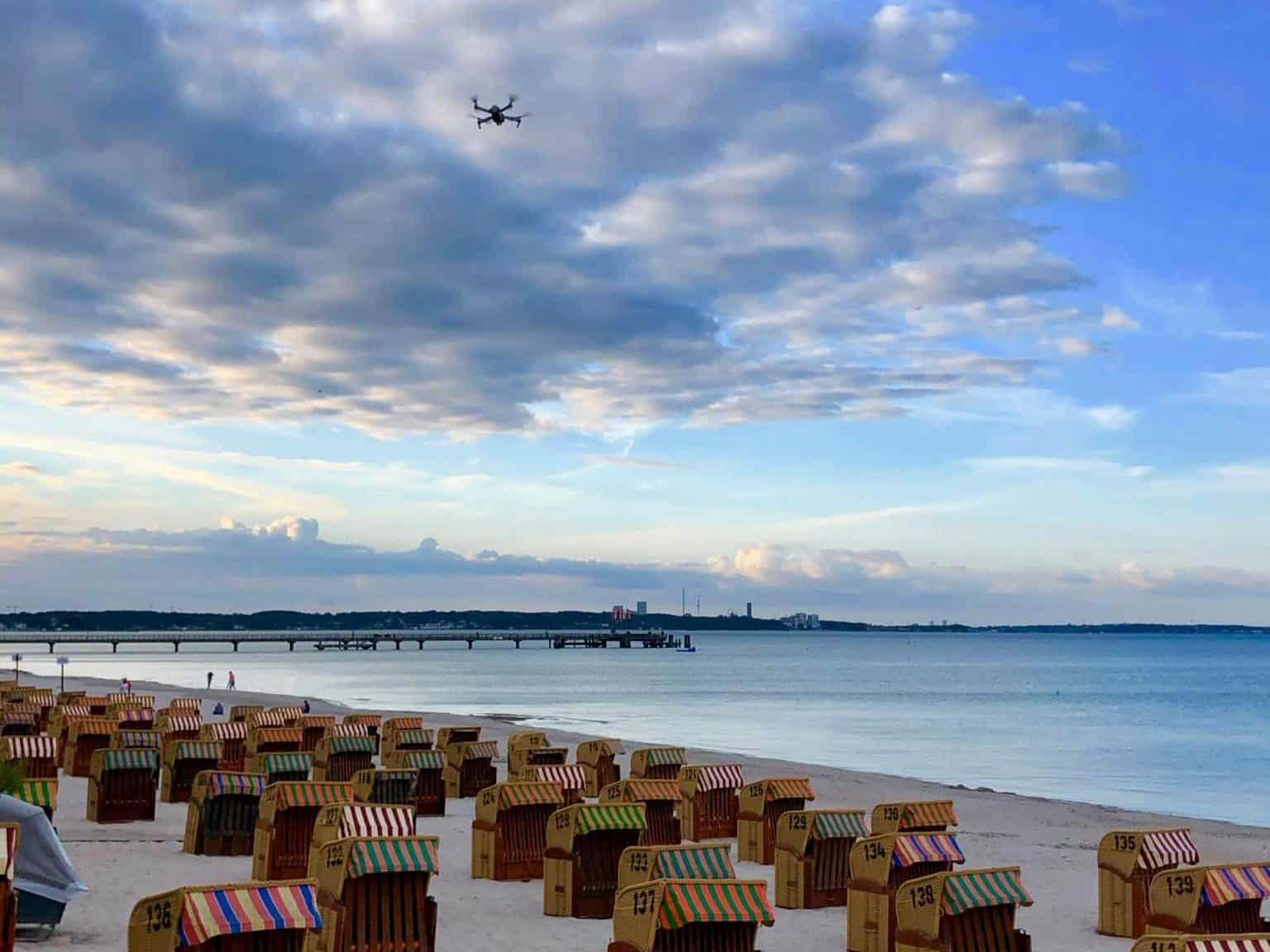 Ein Vogel oder eine Drohne? Passanten beobachten gespannt den Flug. Foto: Sascha Tegtmeyer