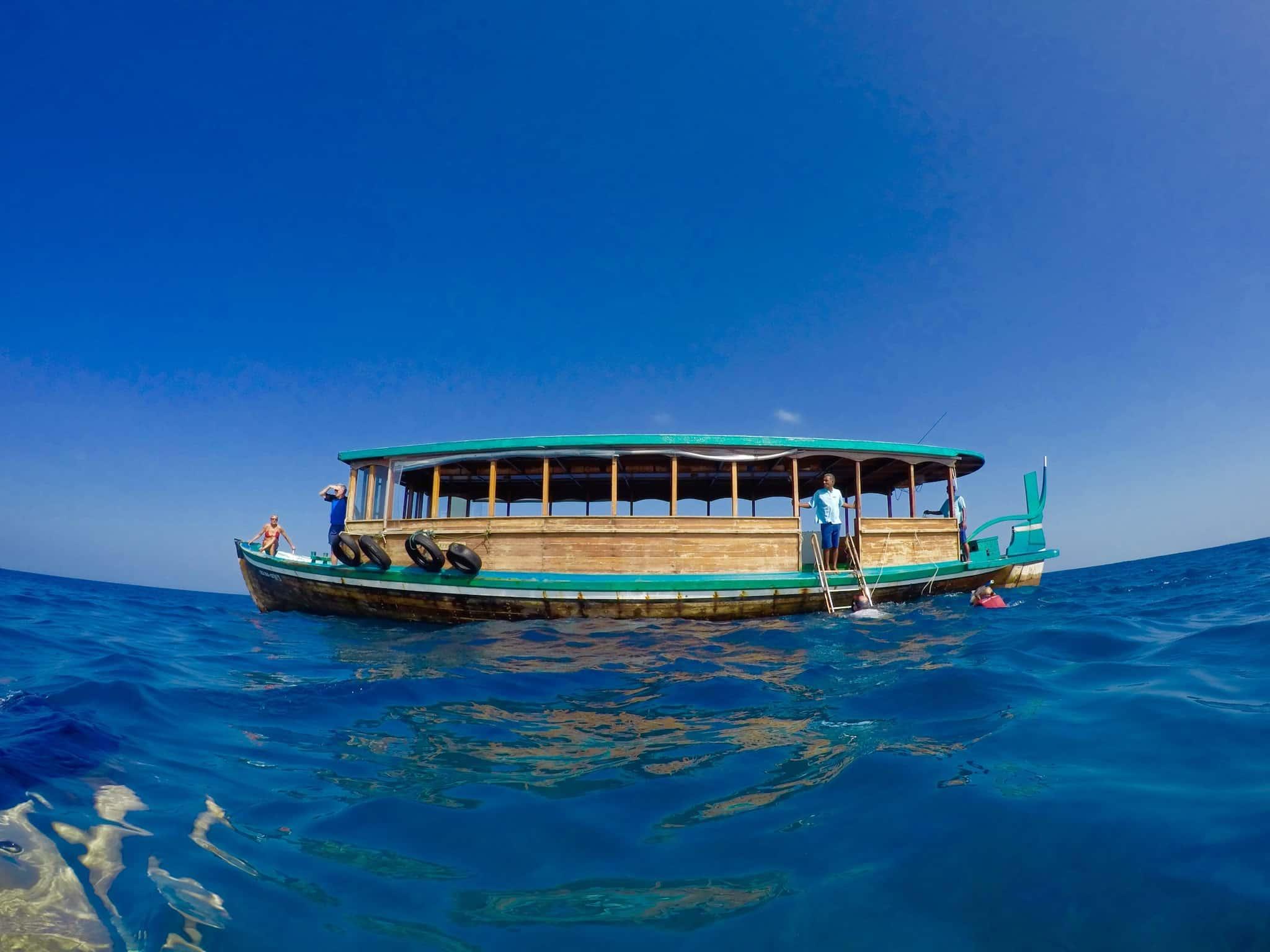 Tauchboot: Mit dem traditionellen Dhoni geht es zum Tauchplatz. Foto: Sascha Tegtmeyer Reisebericht Malediven Tipps