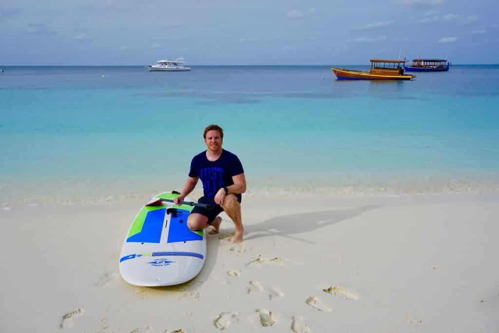 Täglich mit dem SUP unterwegs: Stand Up Paddling auf den Maediven ist Meditation und Workout zugleich. Foto: Sascha Tegtmeyer Reisebericht Malediven Tipps