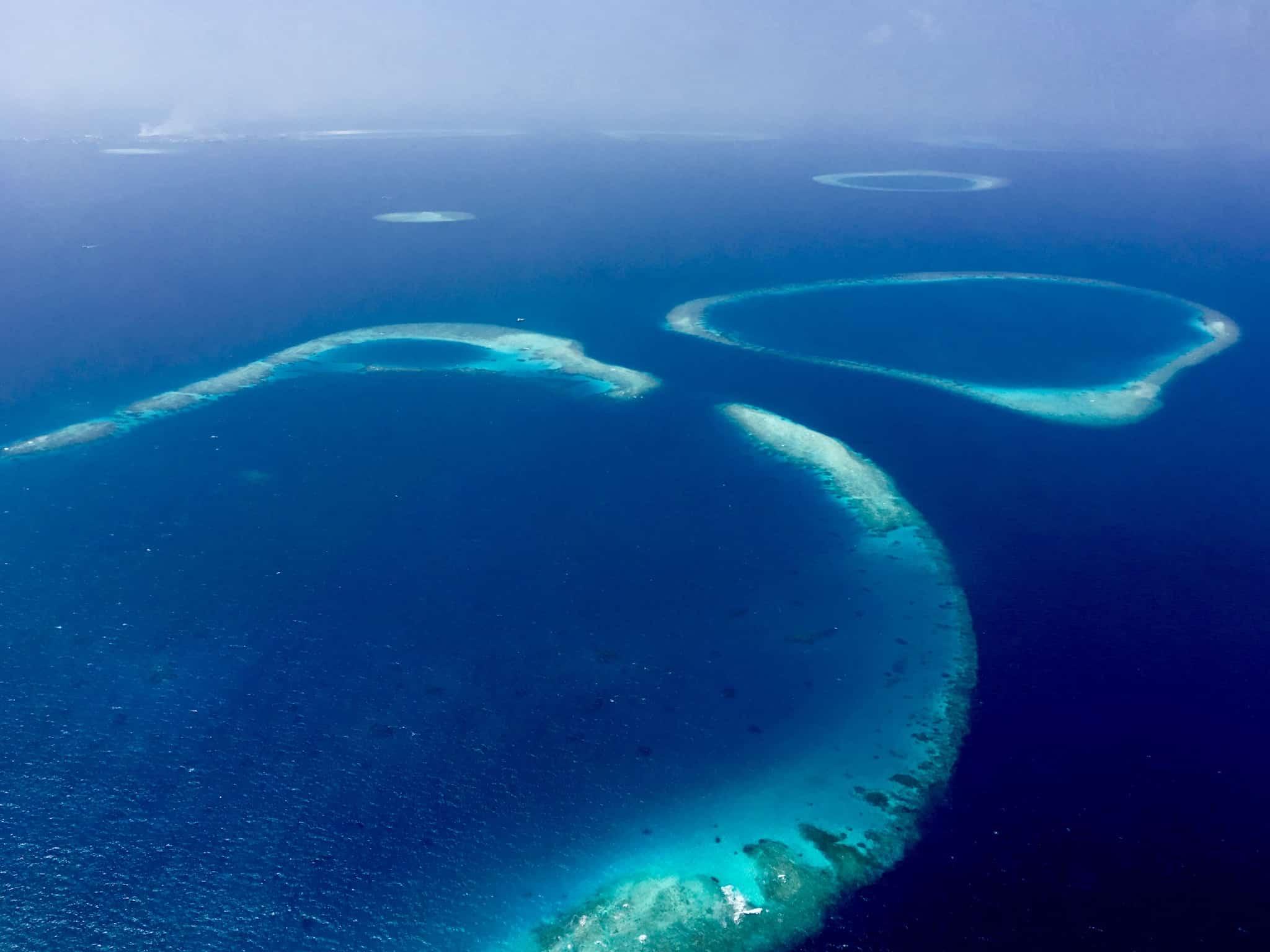 Begrüßungskommittee: Plötzlich tauchen die Atolle der Malediven aus dem Nichts auf. Foto: Sascha Tegtmeyer Reisebericht Malediven Tipps
