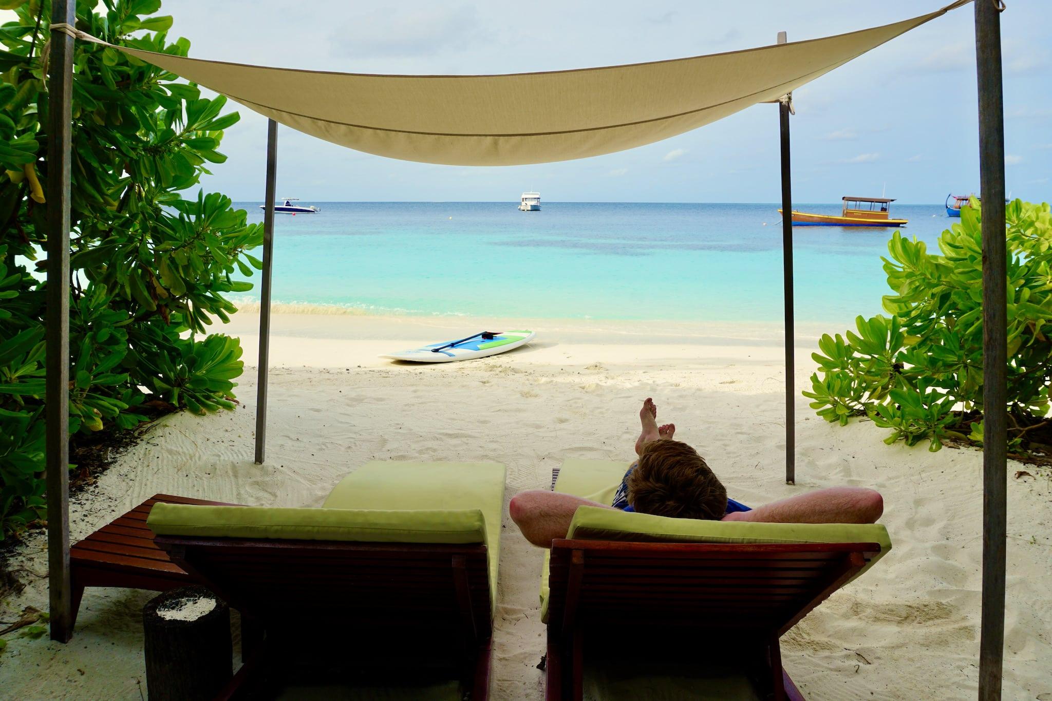 Einfach mal die Seele baumeln lassen und die tolle Unterkunft genießen – man muss auf den Malediven nicht unbedingt etwas unternehmen. Foto: Sascha Tegtmeyer Reisebericht Malediven Tipps