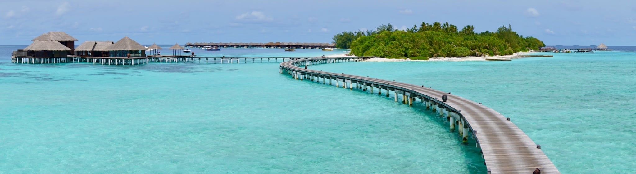 Die Water Villas sind über einen Steg zu erreichen – und natürlich gibt es einen Taxi-Service mit Golf Karts oder Fahrräder. Foto: Sascha Tegtmeyer Reisebericht Malediven Tipps