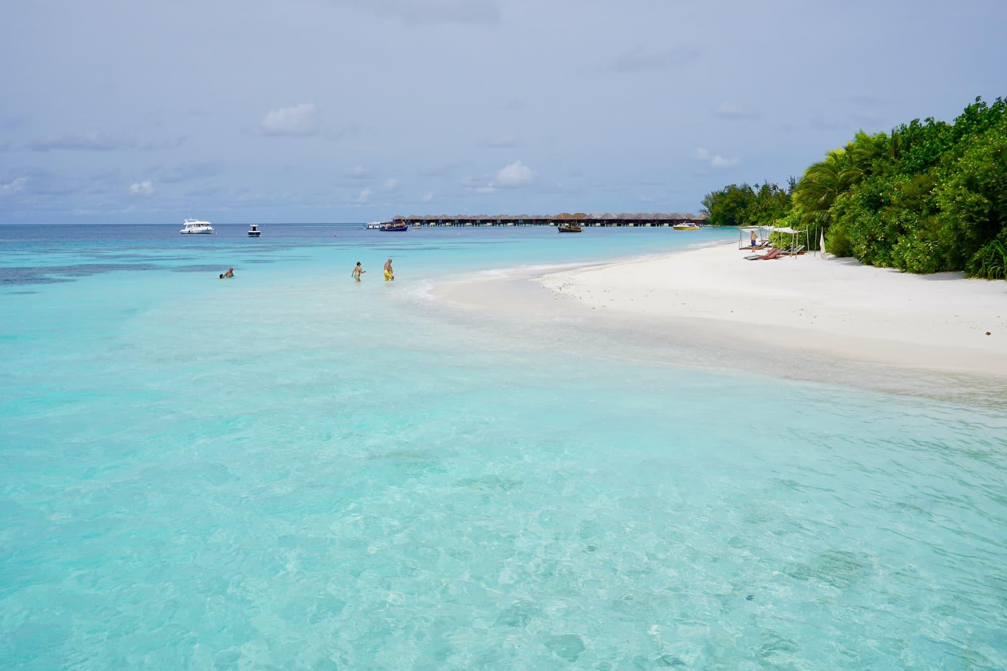 Seichtes, glasklares und lauwarmes Wasser: Die Lagune ist eines der Highlights vieler Resortinseln. Foto: Sascha Tegtmeyer Reisebericht Malediven Tipps