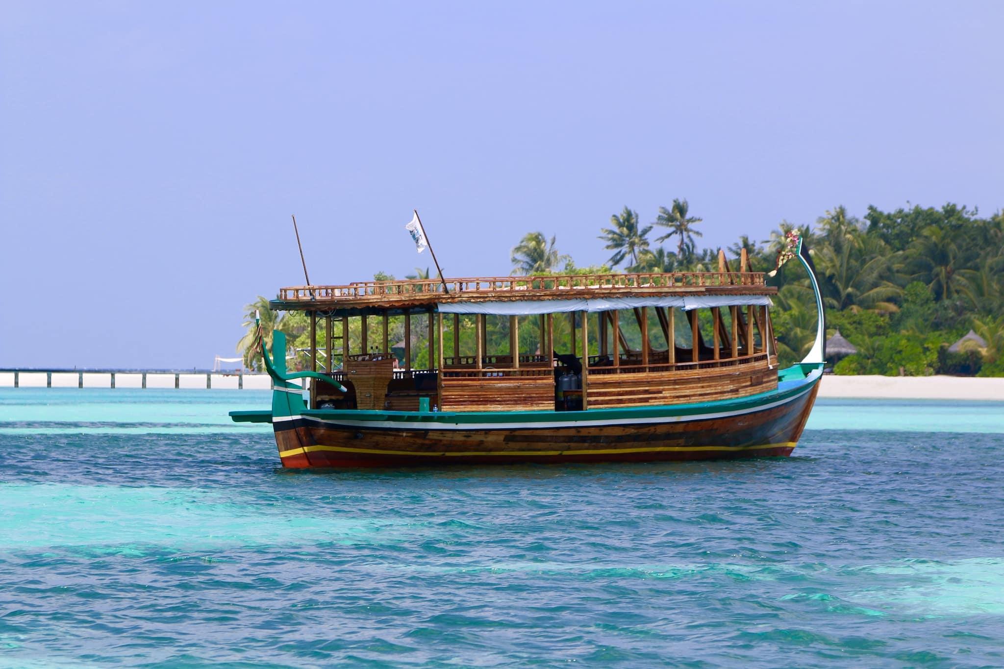 Auf Tour mit dem traditionellen Dhoni. Die Schiffe bringen dich zuverlässig überall hin. Für weitere Touren nimmt man in der Regel ein Schnellboot. Foto: Sascha Tegtmeyer Reisebericht Malediven Tipps