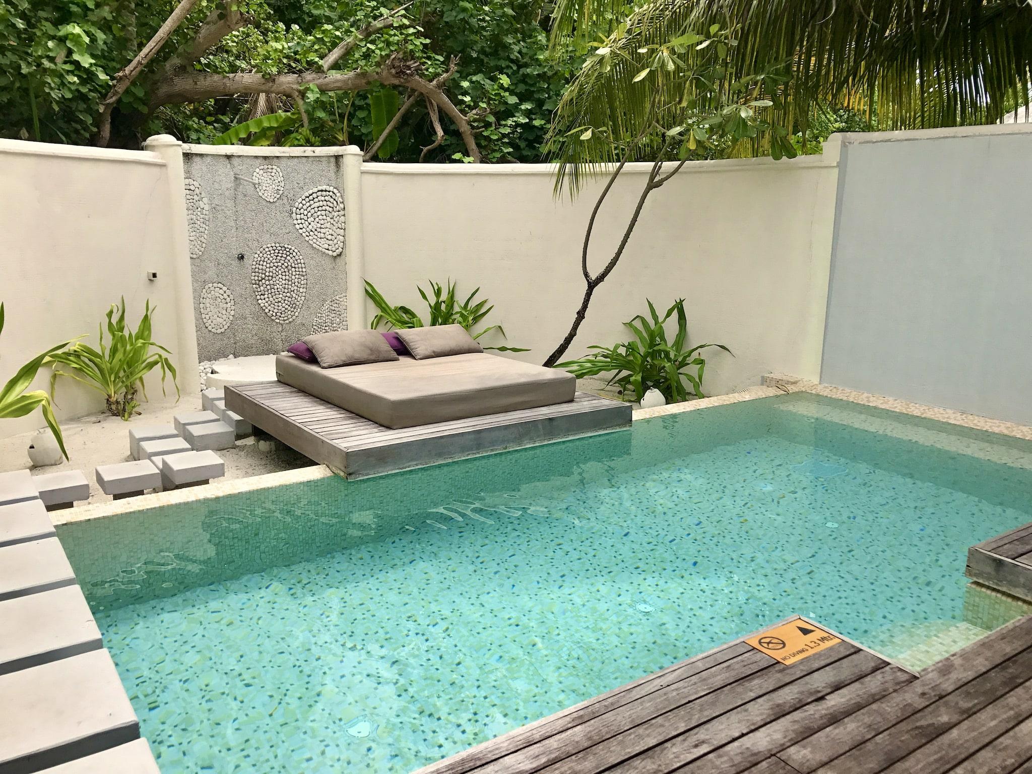 Privater Pool in einer Beach Villa auf einer Malediven-Resortinsel. Viele Hotels sind äußerst luxuriös.Foto: Sascha Tegtmeyer Reisebericht Malediven Tipps