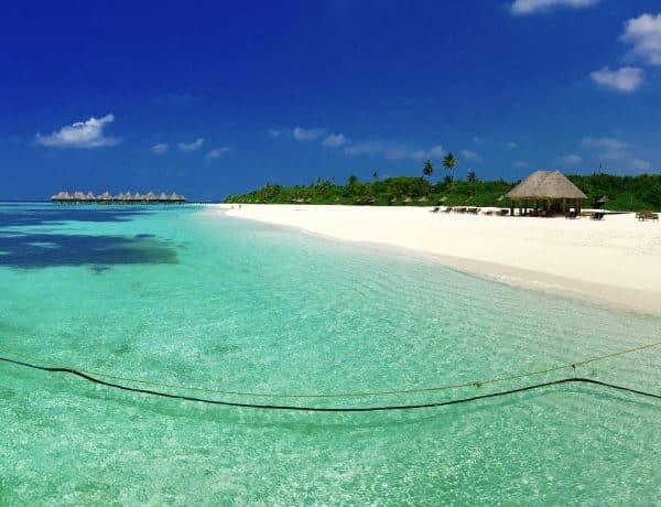 Traumstrand auf den Malediven: Für Strandurlauber sind die Resortinseln einfach perfekt. Foto: Sascha Tegtmeyer Reisebericht Malediven Tipps