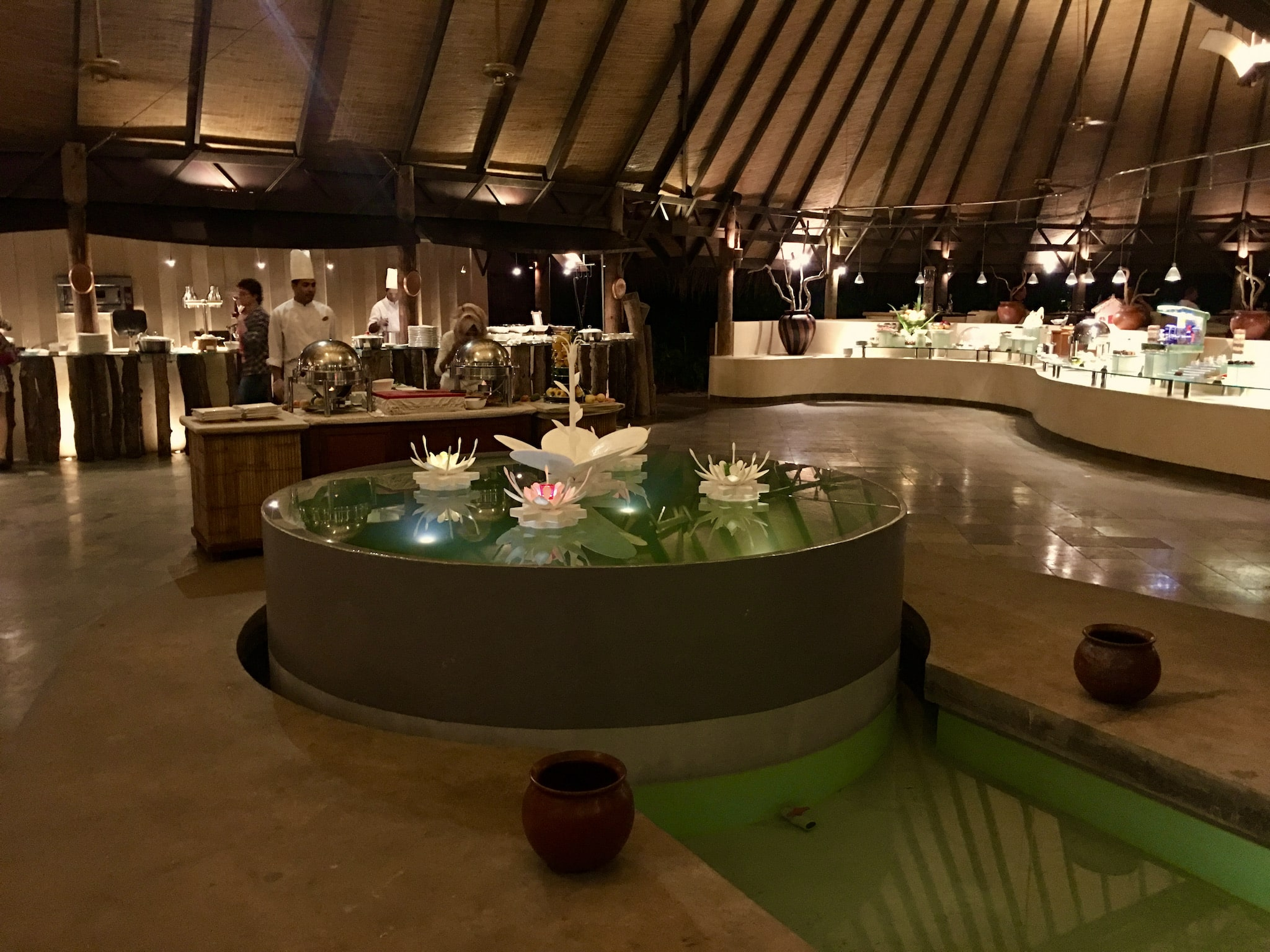 Restaurant auf einer Resortinsel: Im Grunde kann man sich den ganzen Tag kulinarischen Genüssen hingeben – All Inclusive ist allerdings dringendst empfohlen, sonst kann es sehr teuer werden. Foto: Sascha Tegtmeyer Reisebericht Malediven Tipps