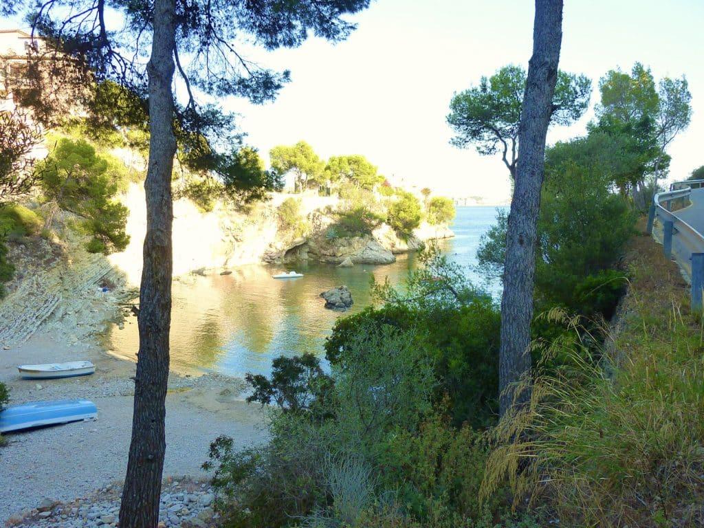 Kleine Bucht auf Mallorca: An manchen Ecken finden sich noch kleine Strände ohne großen Publikumsverkehr. Foto: Sascha Tegtmeyer