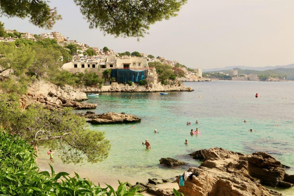 Der Strand von Cala Fornells ist einer der schönsten auf Mallorca – allerdings auch gut besucht. Foto: Sascha Tegtmeyer