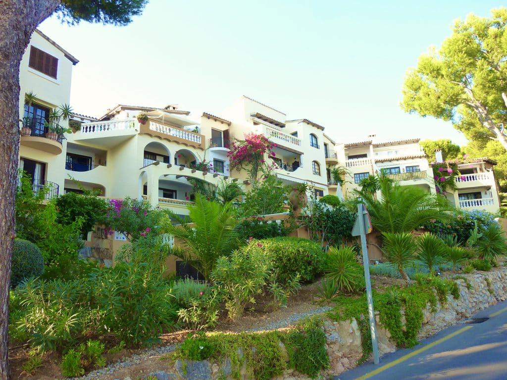 Ferienhäuser am Hang zwischen Paguera und Cala Fornells auf Mallorca. Foto: Sascha Tegtmeyer