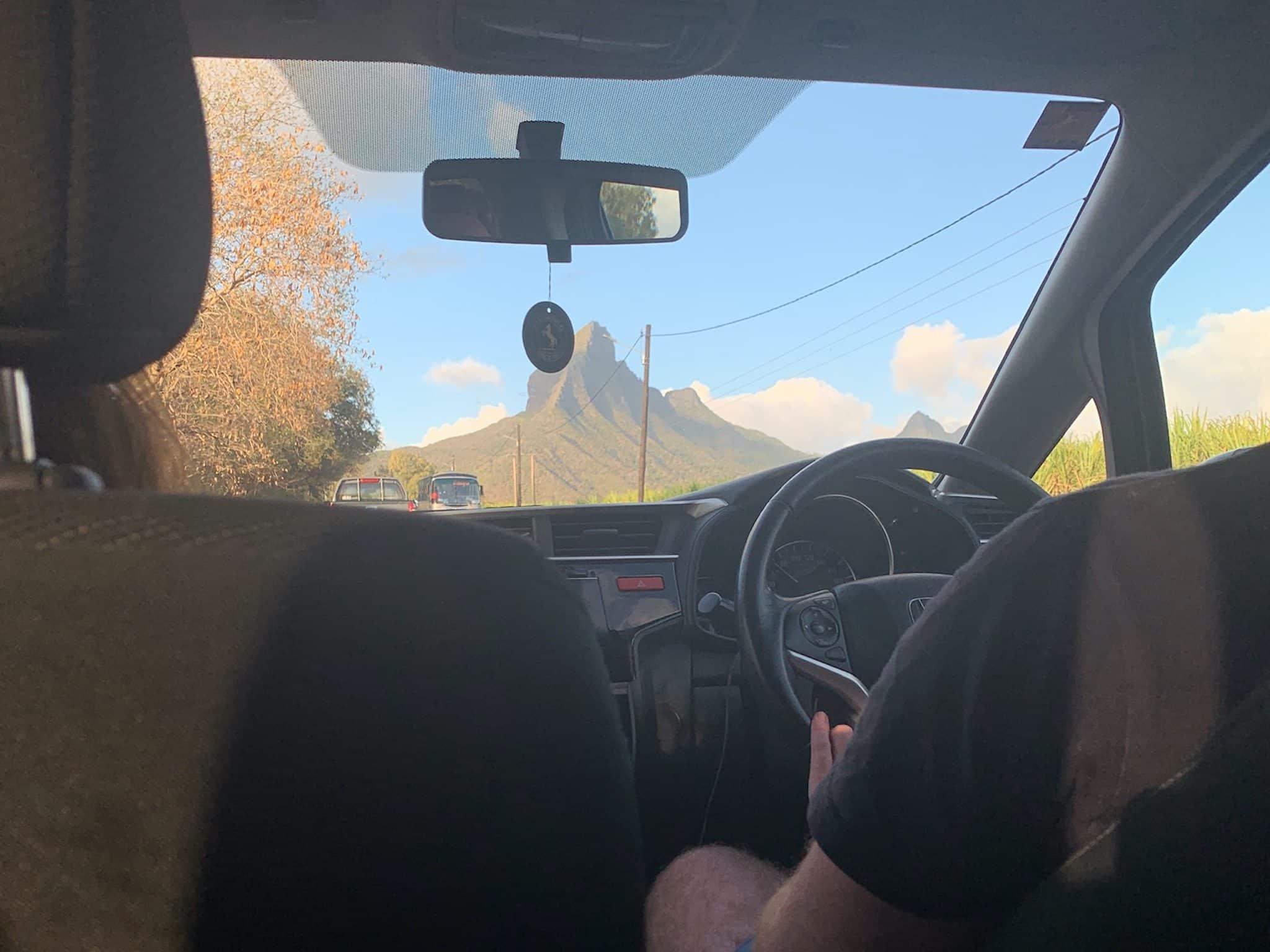 Auf Mauritius ist Linksverkehr – der Fahrer sitzt im Auto rechts.
