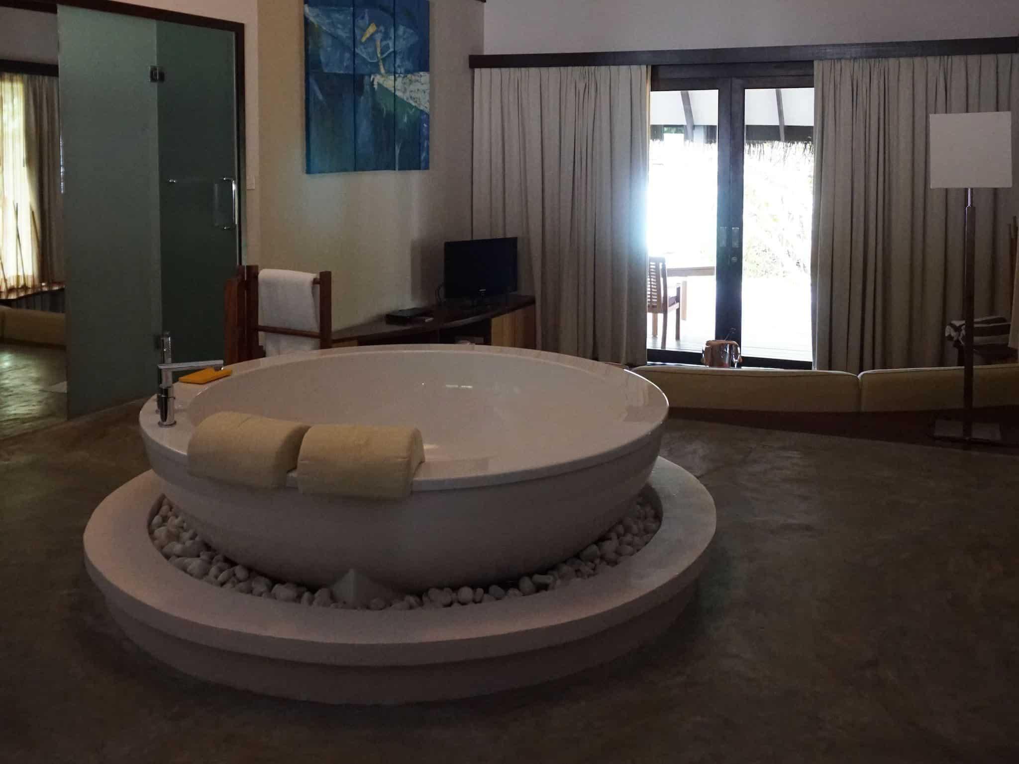 Whirlpool im Wohnzimmer: Die Villen auf den Resortinseln sind mit allen erdenklichen Annehmlichkeiten ausgestattet. Foto: Sascha Tegtmeyer