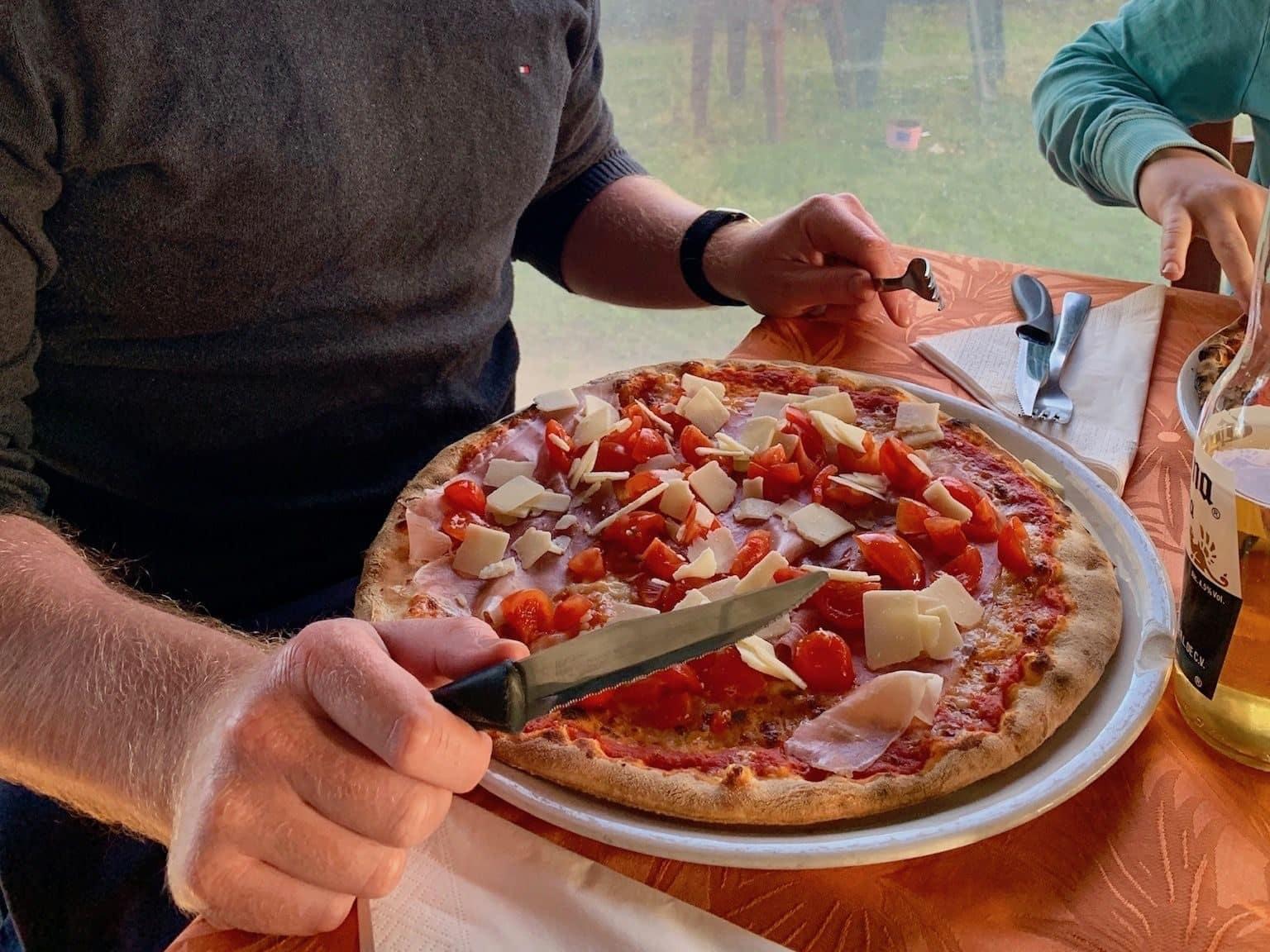 Ein Bild spricht Bände: Auf Sardinien gibt es an jeder Ecke ausgezeichnete Pizza. Foto: Luisa Praetorius